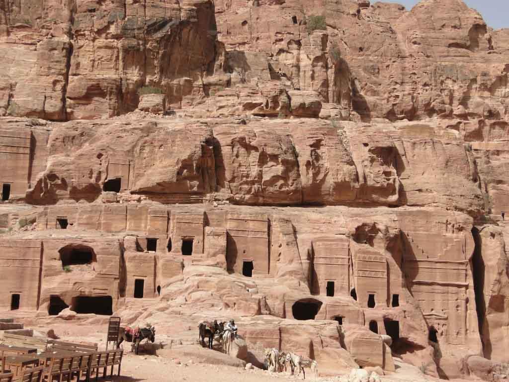 La calle de las Fachadas, Petra