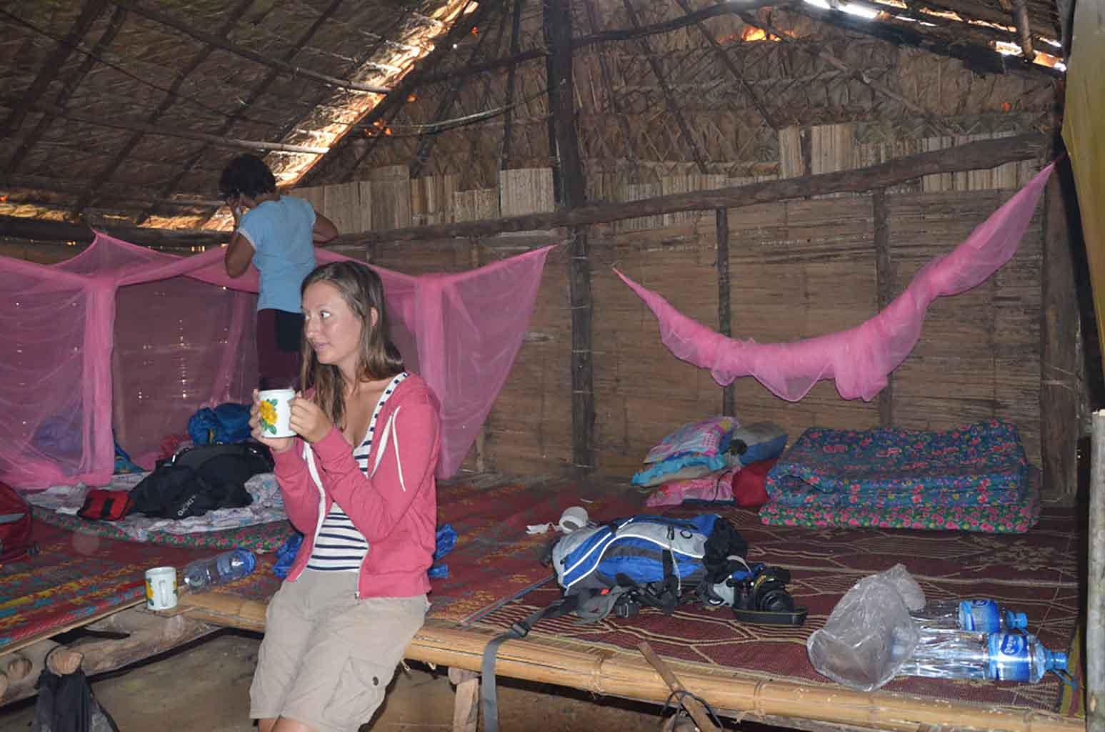 Interior de la cabaña en el poblado Ankha.