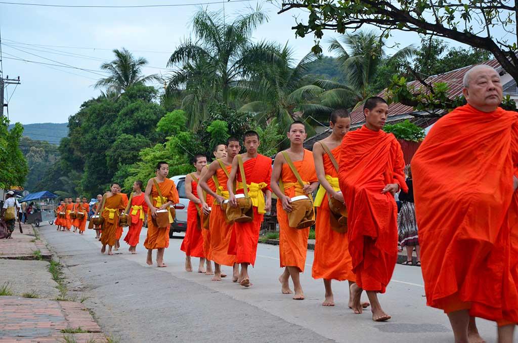 Monjes al amanecer, Luang Prabang