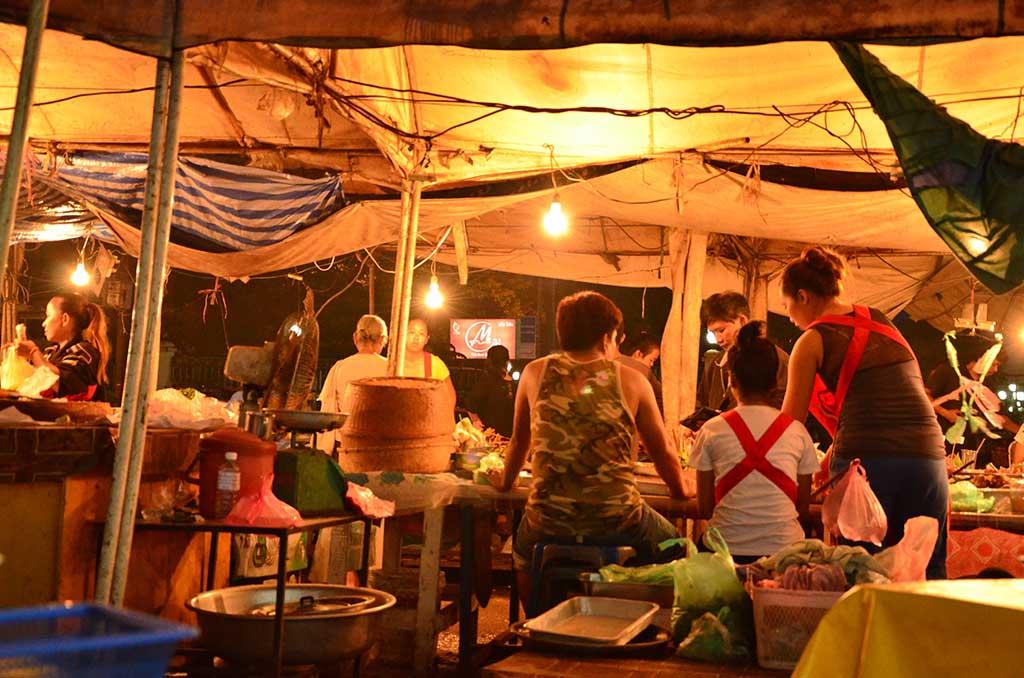 Mercado al lado del Pha That Luang
