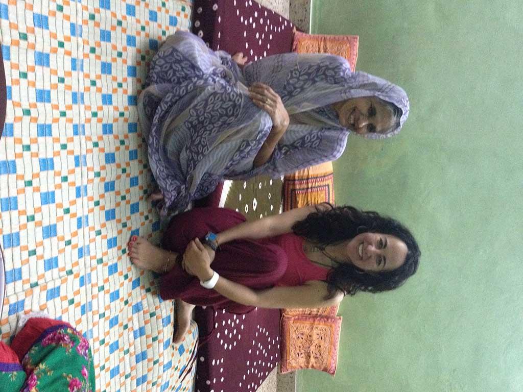Con la madre de la cuñada de Aruna, que cuidaba de su hija mientras estaba en aislamiento por su recién parto