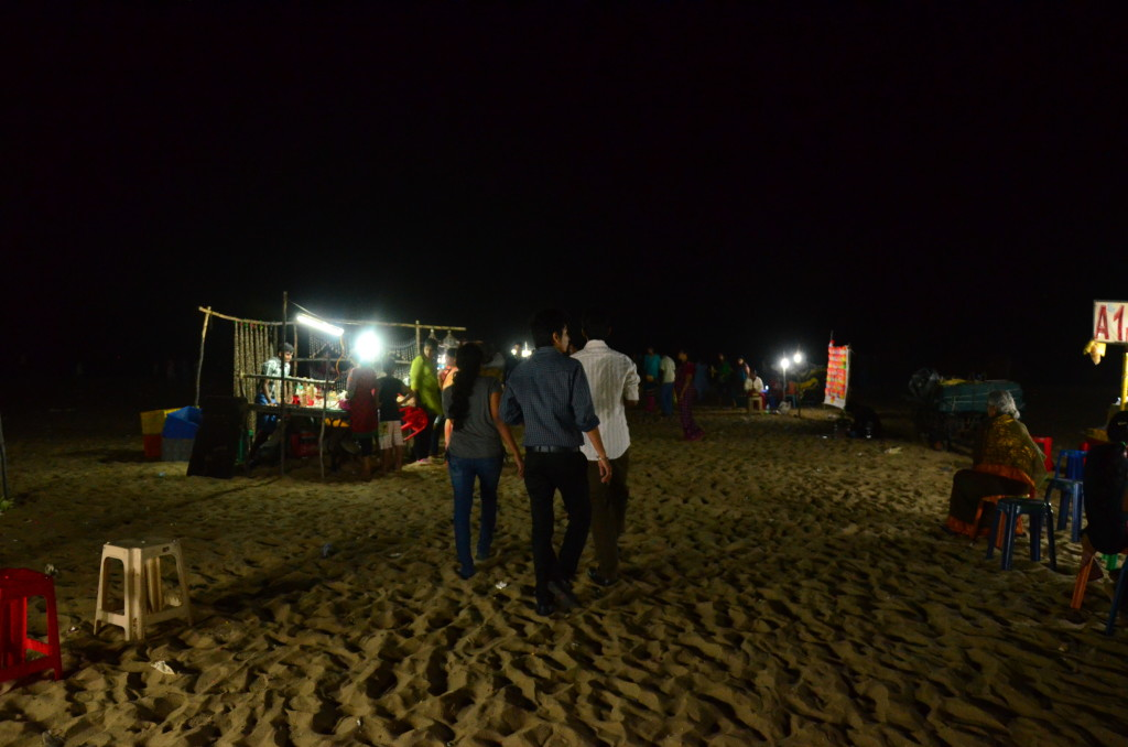 En la playa de Chennai, lugar de encuentro de muchas familias