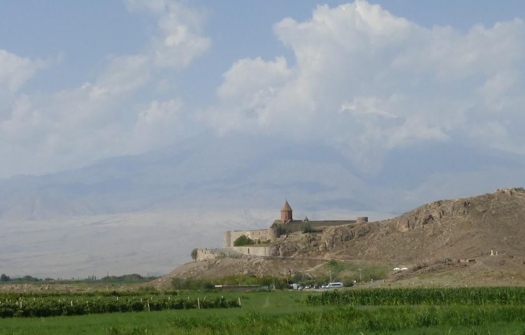 Monasterio de Khor Virap con el Monte Ararat al fondo. La cumbre nevada la tapa una nube. , Armenia