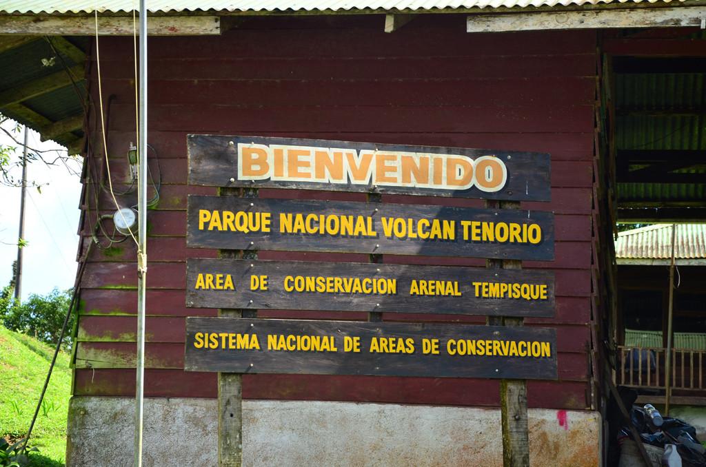 Panel indicativo en la entrada del Parque Nacional Volcán Tenorio