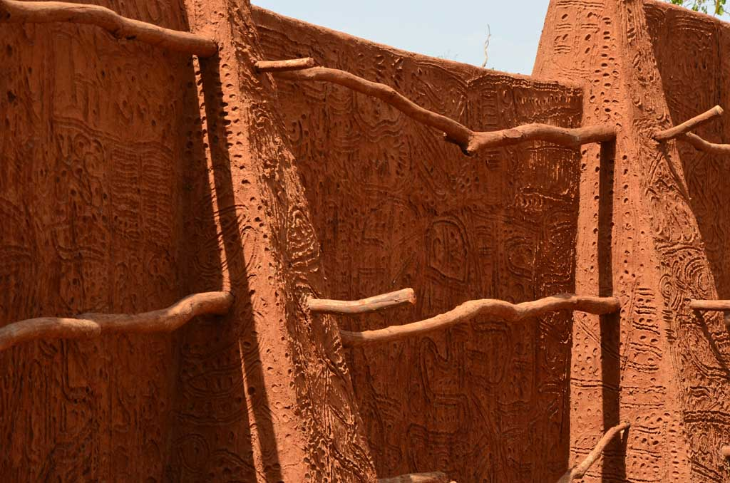 Muros con diseño de la arquitectura de Larabanga