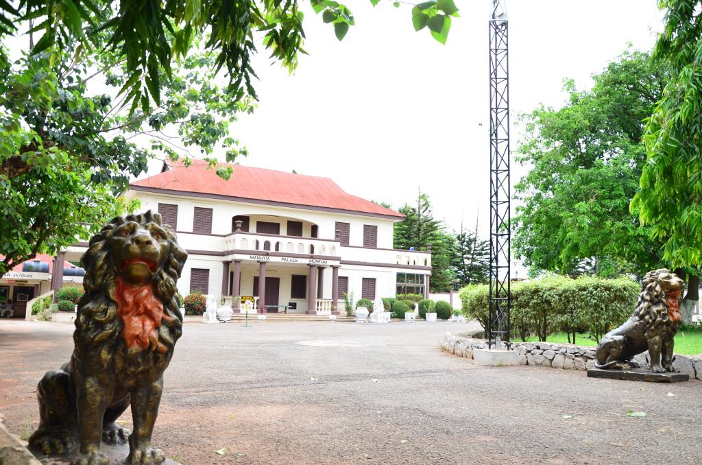 Entrada al Museo del Palacio del rey ashanti, Kumasi