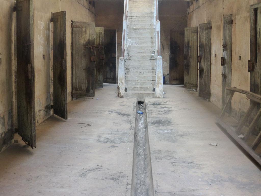 Interior del pabellón de celdas del Fuerte de Ussher en Accra