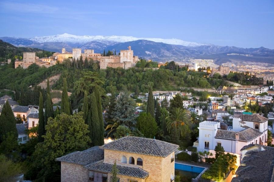 Vista de la Alhambra y Sierra Nevada desde el barrio del Albaicín. Foto cedida por el Patronato Provincial de Turismo de Granada