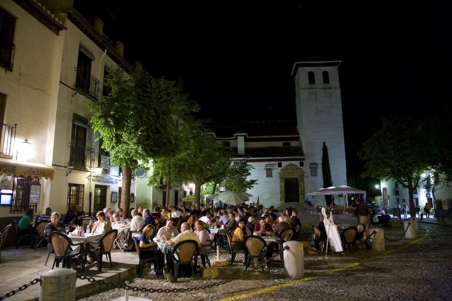 Terrazas en la Plaza de San Miguel Bajo, en el barrio del Albaicín. Foto cedida por el Patronato Provincial de Turismo de Granada