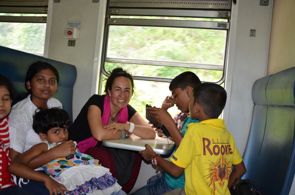 En el tren en Sri Lanka con una familia que compartió su comida conmigo, sin apenas entendernos...