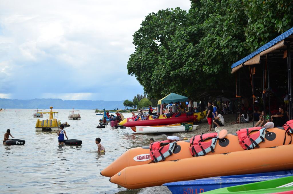 Playa de recreo para turistas locales en el Lago Toba