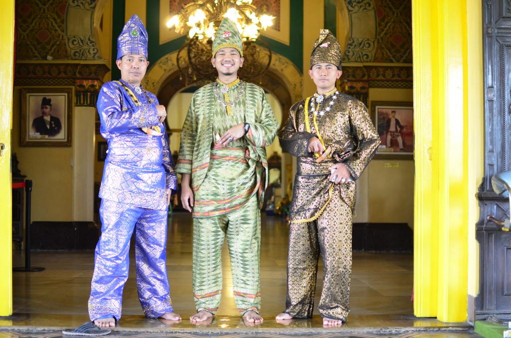 Palacio de Medan, jóvenes posando con los trajes reales...