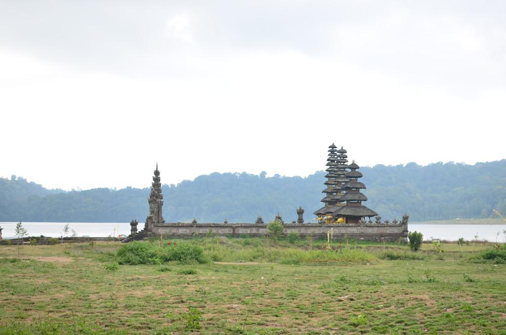 Templo en el lago de Munduk
