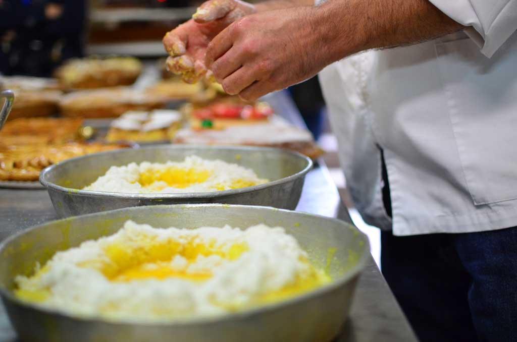 Momento de demostración de elaboración de tortas en la Panadería O Carrizo