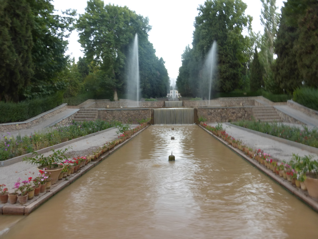 Interior del jardín y su estanque en forma de cascada.