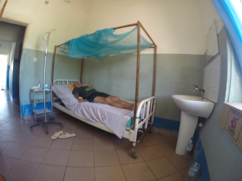 Manuel en la habitación de la clínica en Morondava