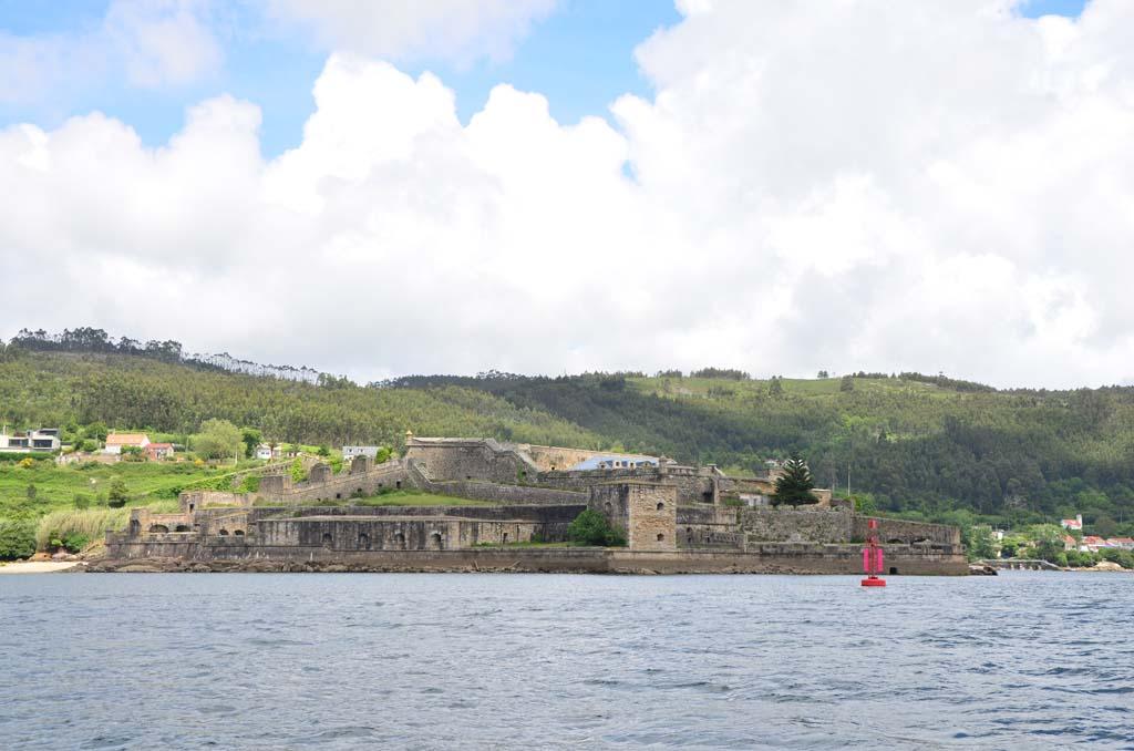 Castillo de la Palma visto desde la ría navegando en velero