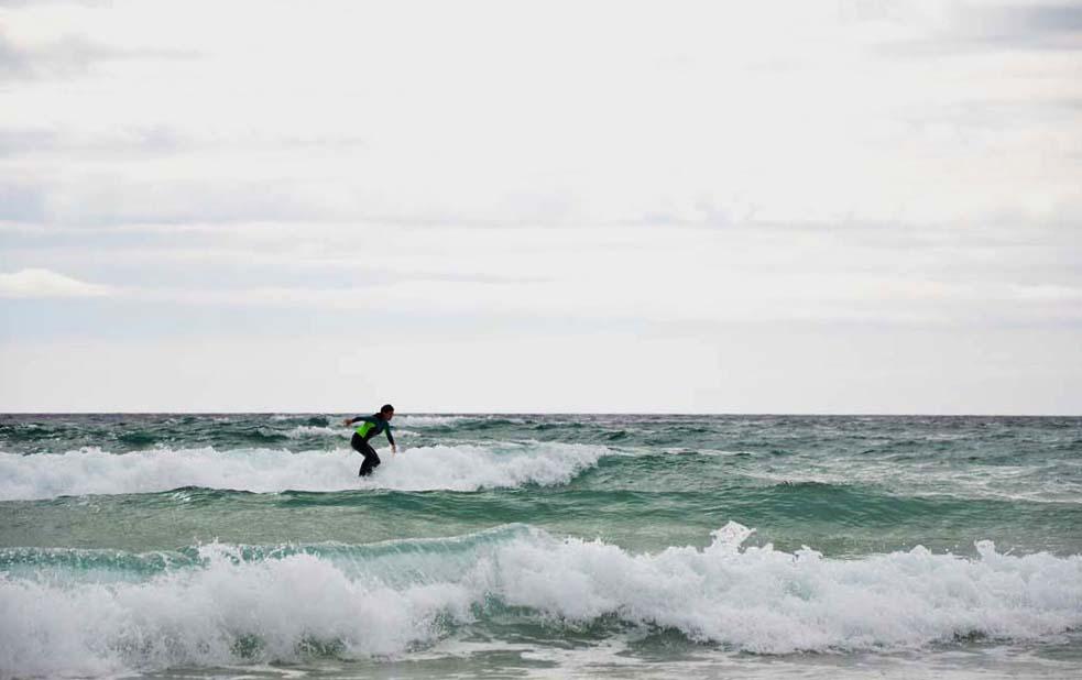 Playa de Doniños y su estampa más típica, sufistas disfrutando de las olas