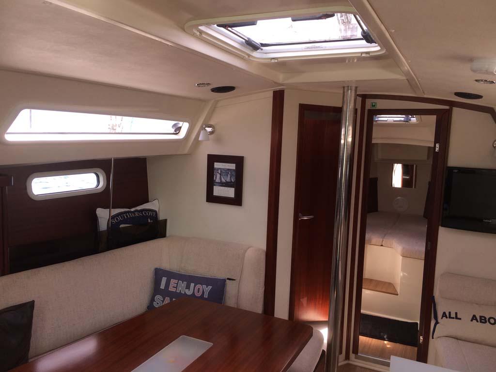 Interior del velero de Alberto, una embarcación para seis personas.