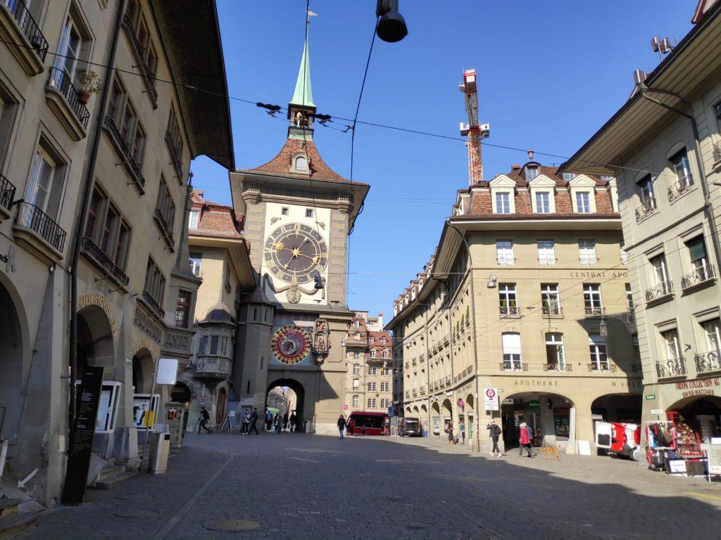 Al fondo, la Torre del Reloj, Berna.