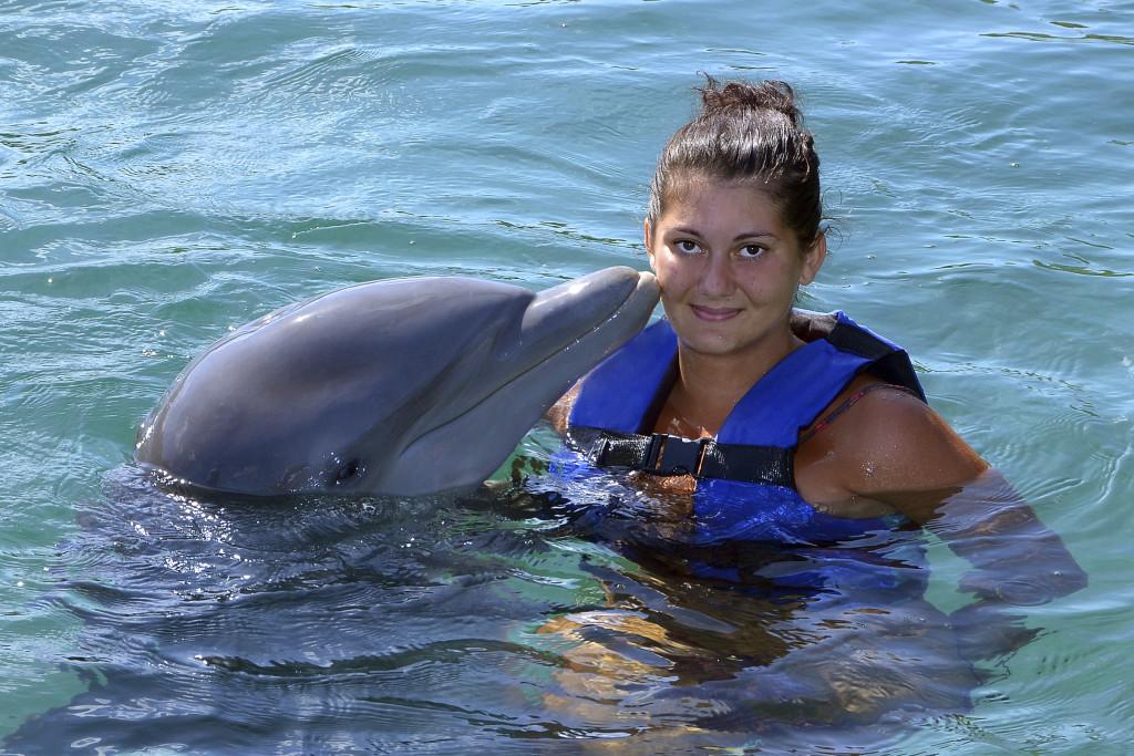 Nadar con delfines. Foto cedida por FAADA