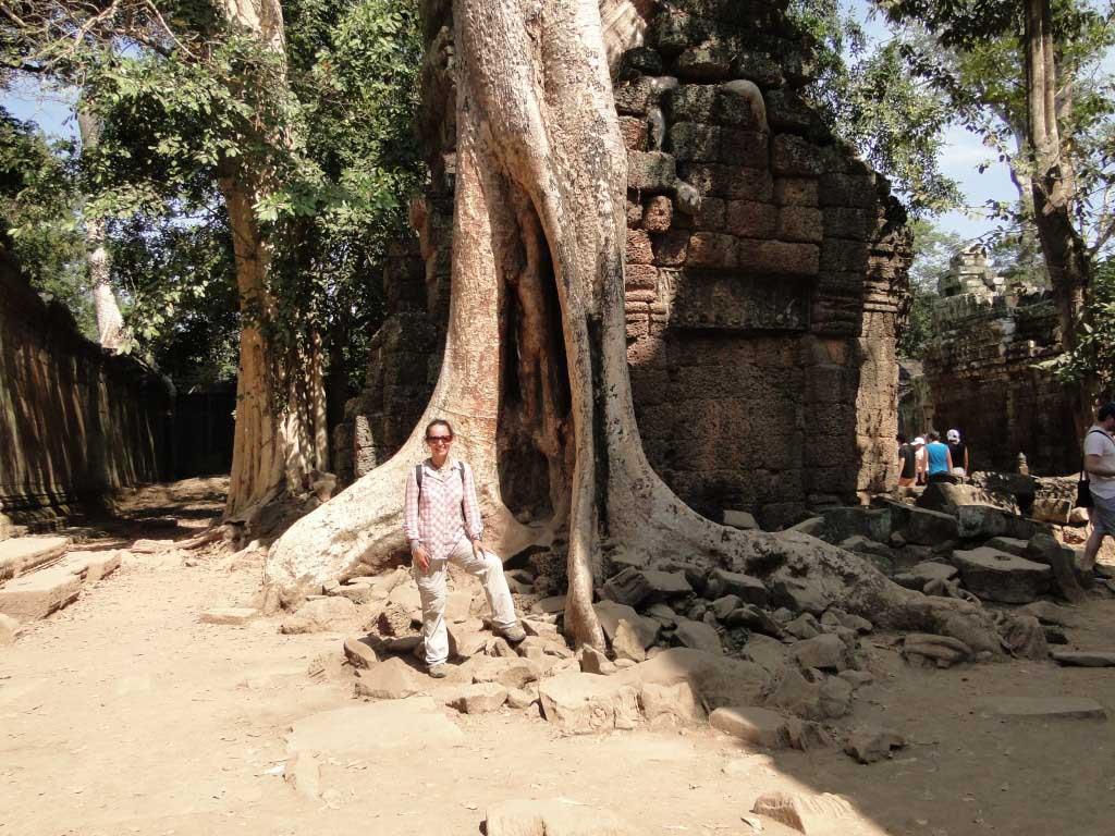 Paseando tranquilamente por los Templos de Angkor, en Camboya.