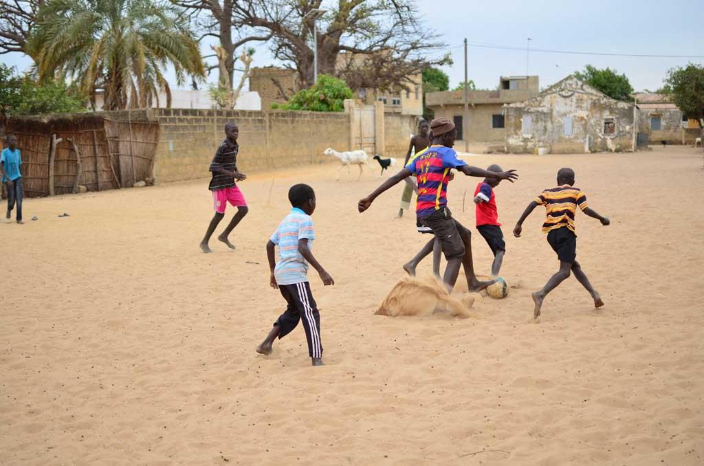 Niños jugando en el pueblo de Faoye, Senegal