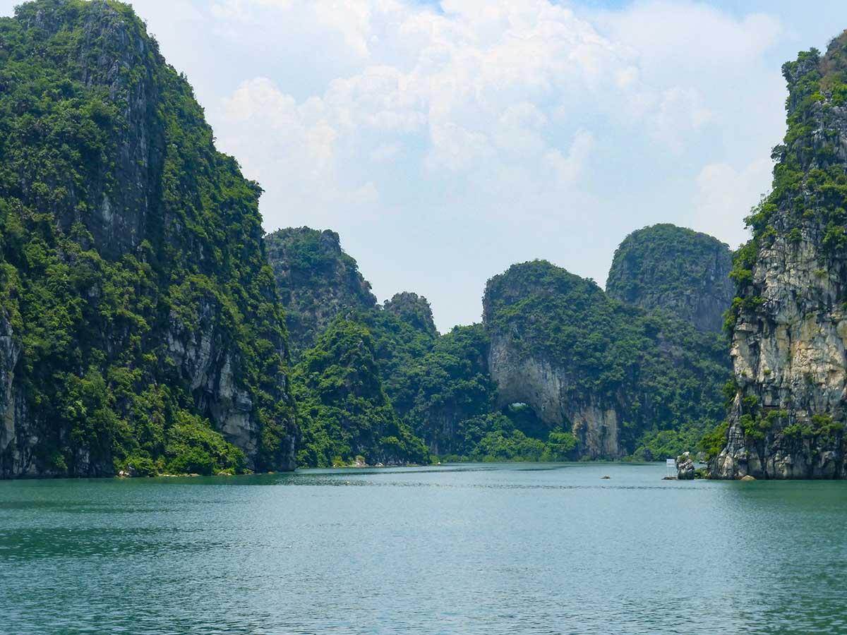 Vistas desde el ferry de la Bahía de Halong hacía la isla de Cat Ba.